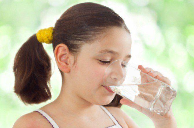 होली खेलने जाने से पहले बच्चे को ज्यादा से ज्यादा पानी पिलायें ।